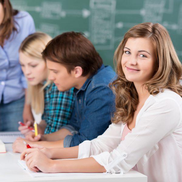 schler und lehrerin im unterricht